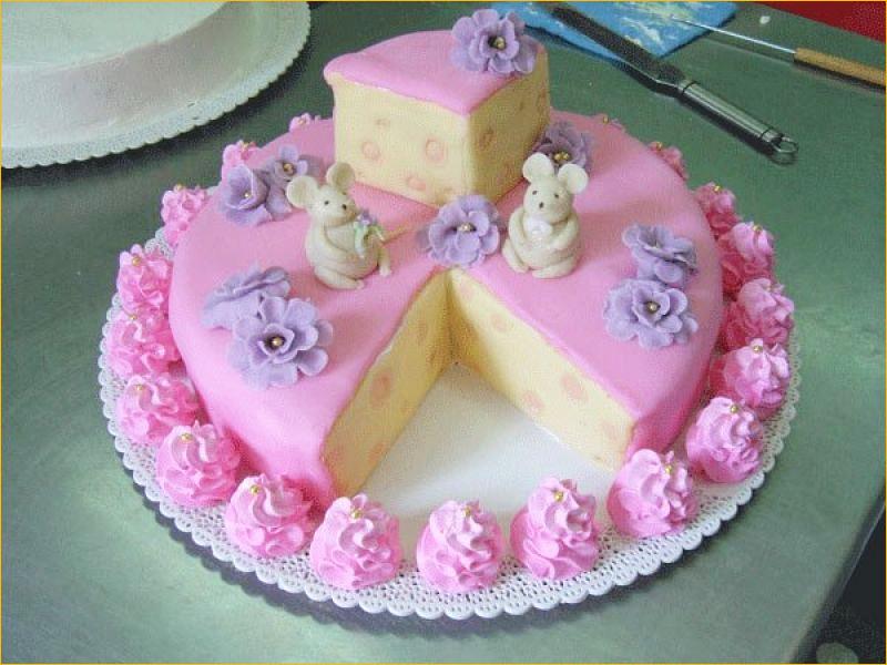 Розовый торт с мышкой и сыром