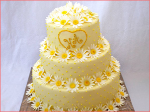 Многоярусный торт с цветами и ромашками